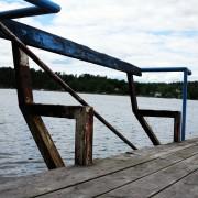 Gåshaga-gamla-sommarstogeområde-bänk-på-brygga